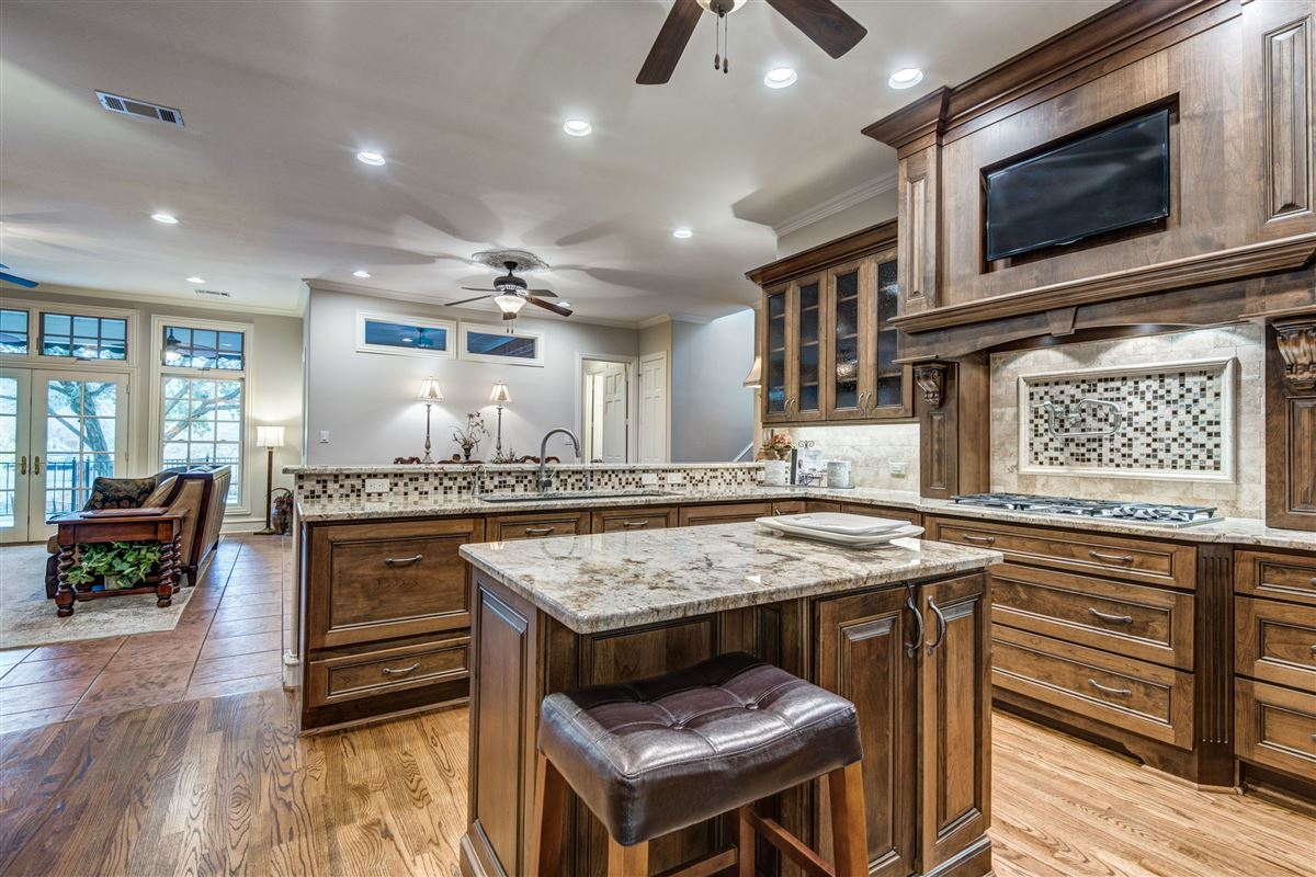 Luxury homes in Spacious home in Farmers Branch