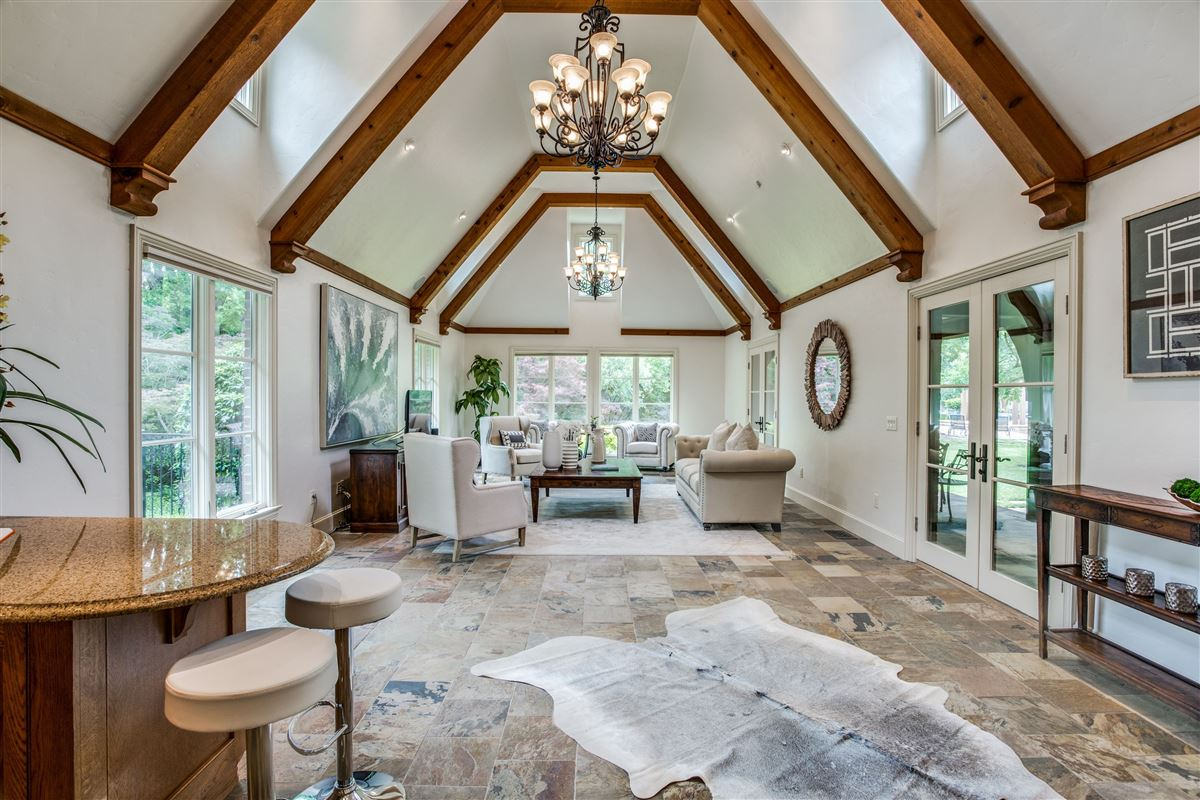 Luxury homes Beautiful secluded home in Mayflower Estates