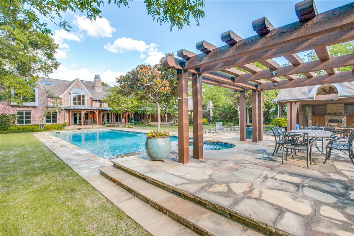 Mansions in Beautiful secluded home in Mayflower Estates