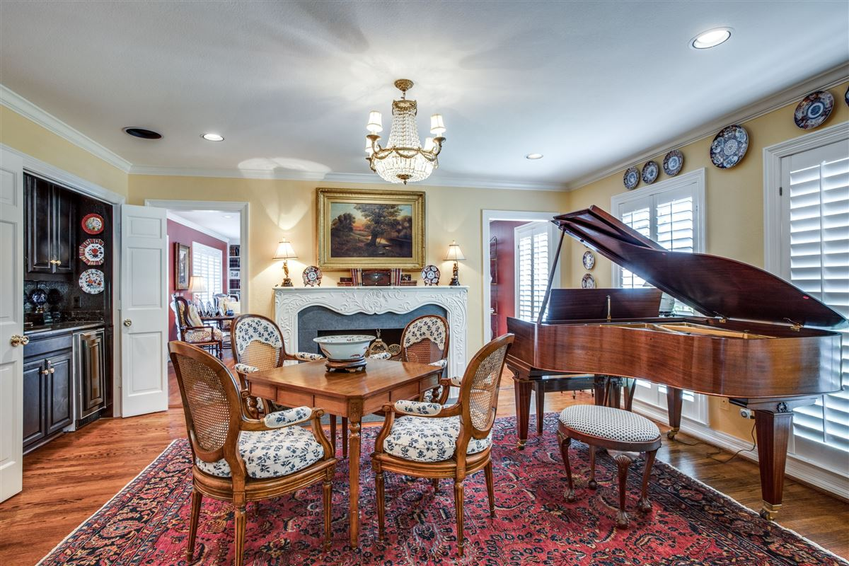 Luxury real estate Classic Colonial in Volk Estates