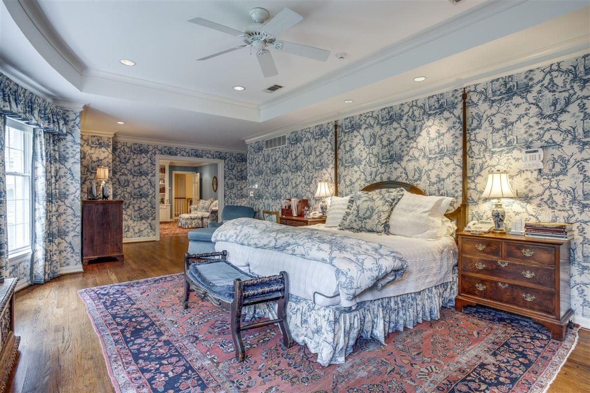Luxury real estate Classic Colonial in Volk Estates