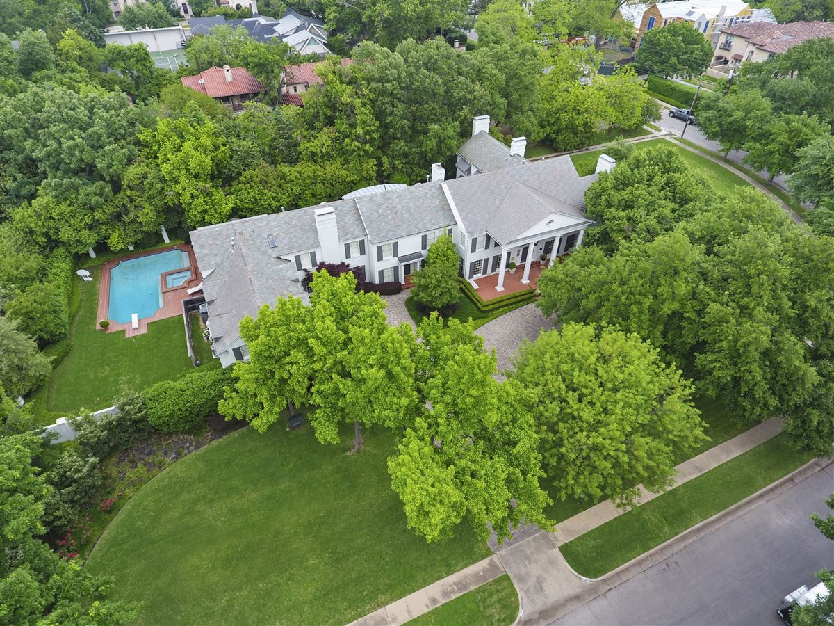 Luxury homes Classic Colonial in Volk Estates