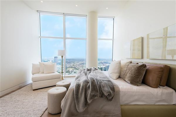Luxury homes in half floor Penthouse in iconic Museum Tower