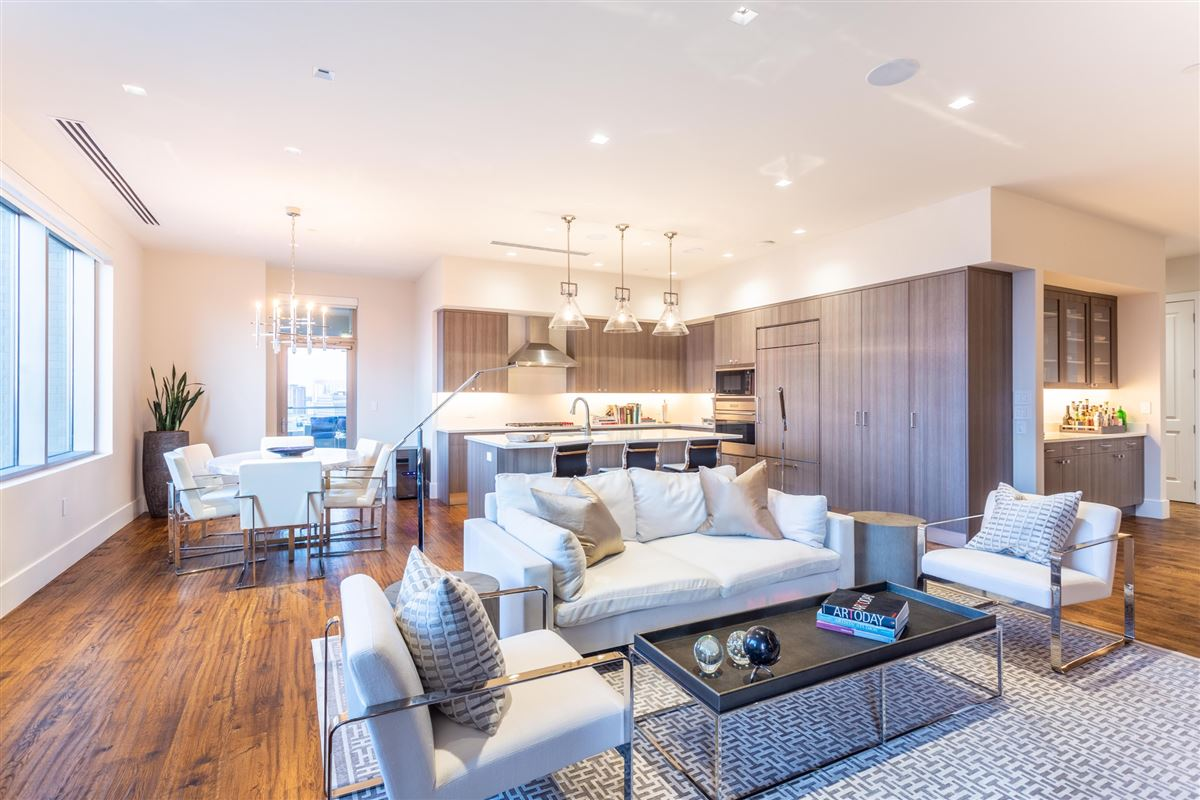 Luxury properties Gorgeous Stoneleigh home with hotel amenities