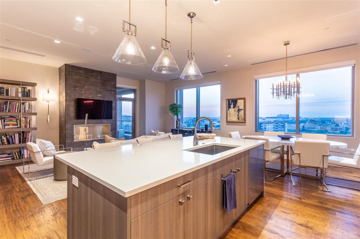 Gorgeous Stoneleigh home with hotel amenities mansions