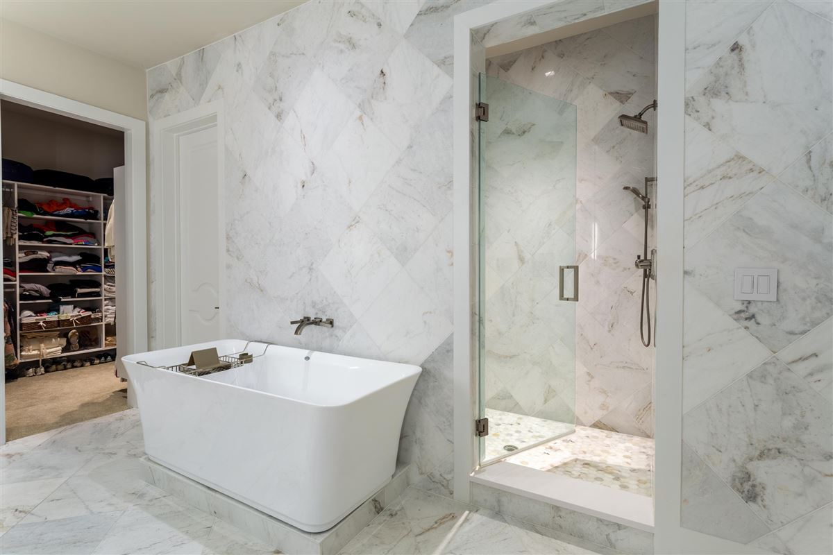 Luxury real estate Gorgeous Stoneleigh home with hotel amenities
