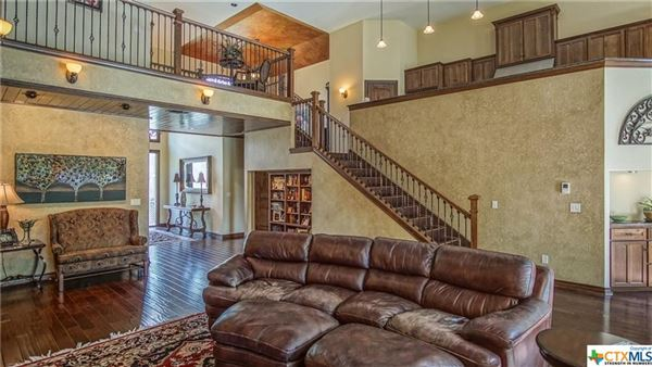 Luxurious Lake McQueeney home luxury real estate