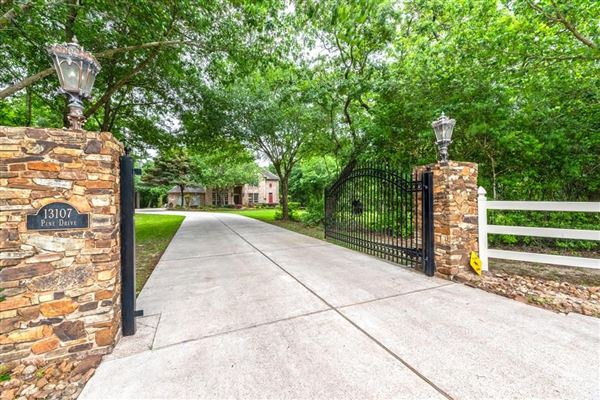 UNIQUE COUNTRY PROPERTY CLOSE TO THE CITY | Texas Luxury