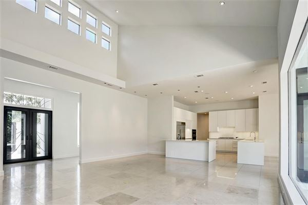Luxury homes This dramatic home is located in close-in Oak Estates