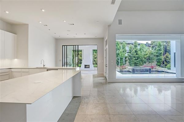 Luxury properties This dramatic home is located in close-in Oak Estates