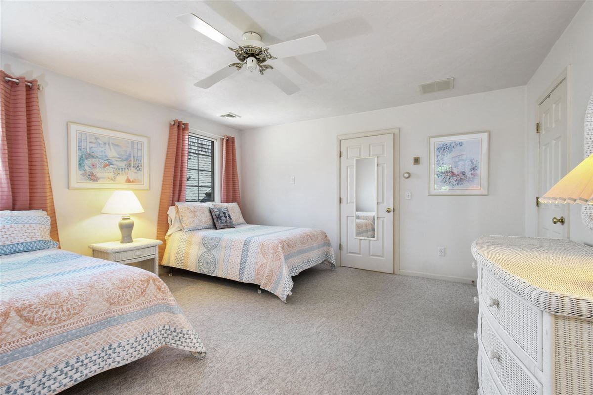 Luxury homes in Wing Pond Estates