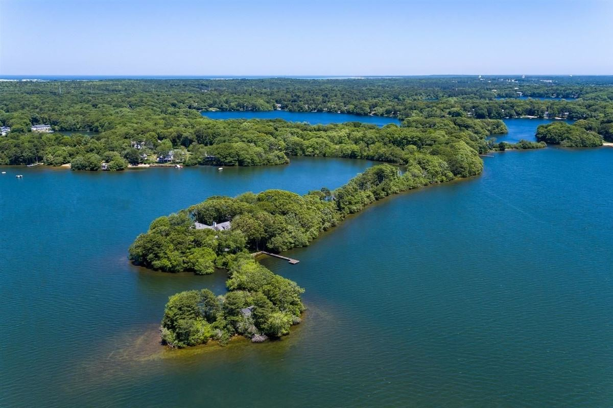 Luxury homes in remarkable property sites on Wequaquet Lake