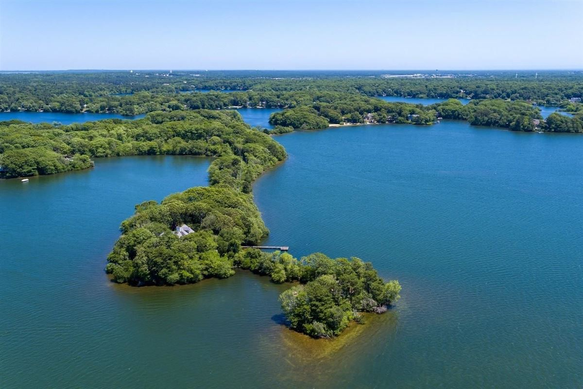 Mansions in remarkable property sites on Wequaquet Lake