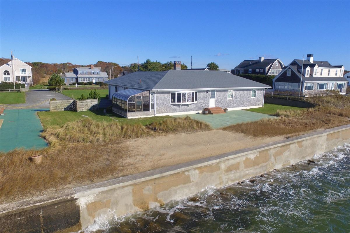 Luxury homes Fantastic waterfront home is in good condition