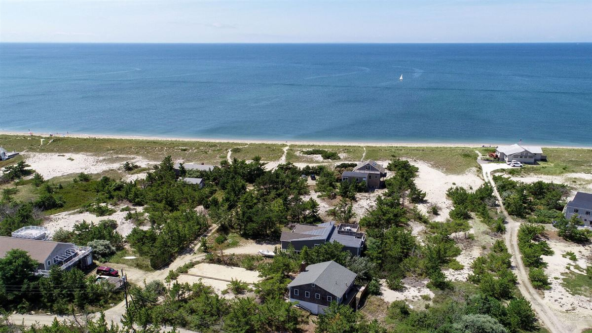 Luxury homes in this charming quintessential Cape Cod beach house has it all