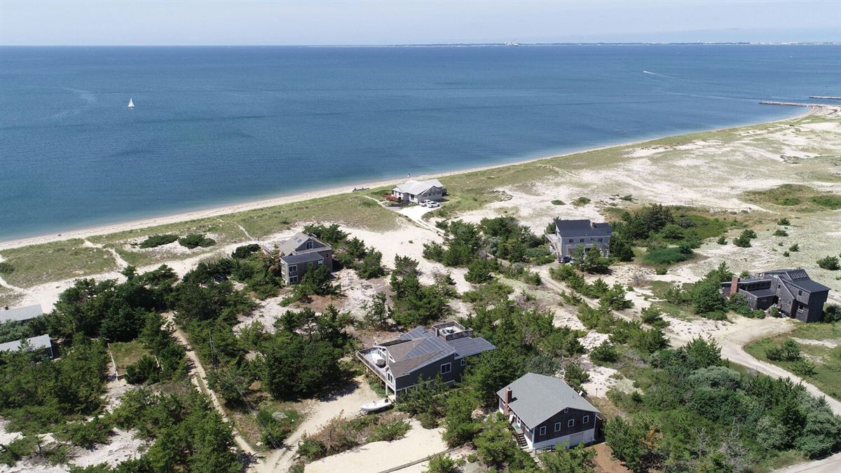 Mansions in this charming quintessential Cape Cod beach house has it all