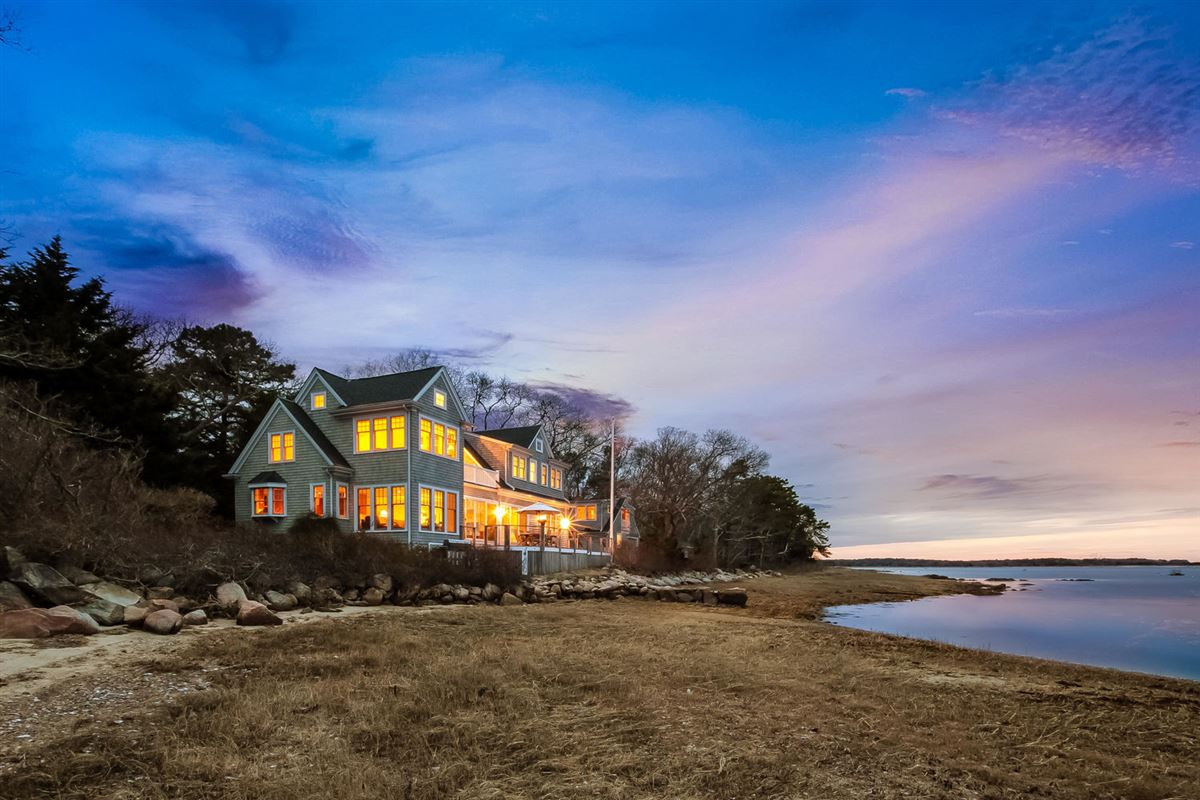 Mansions in remarkable waterfront property