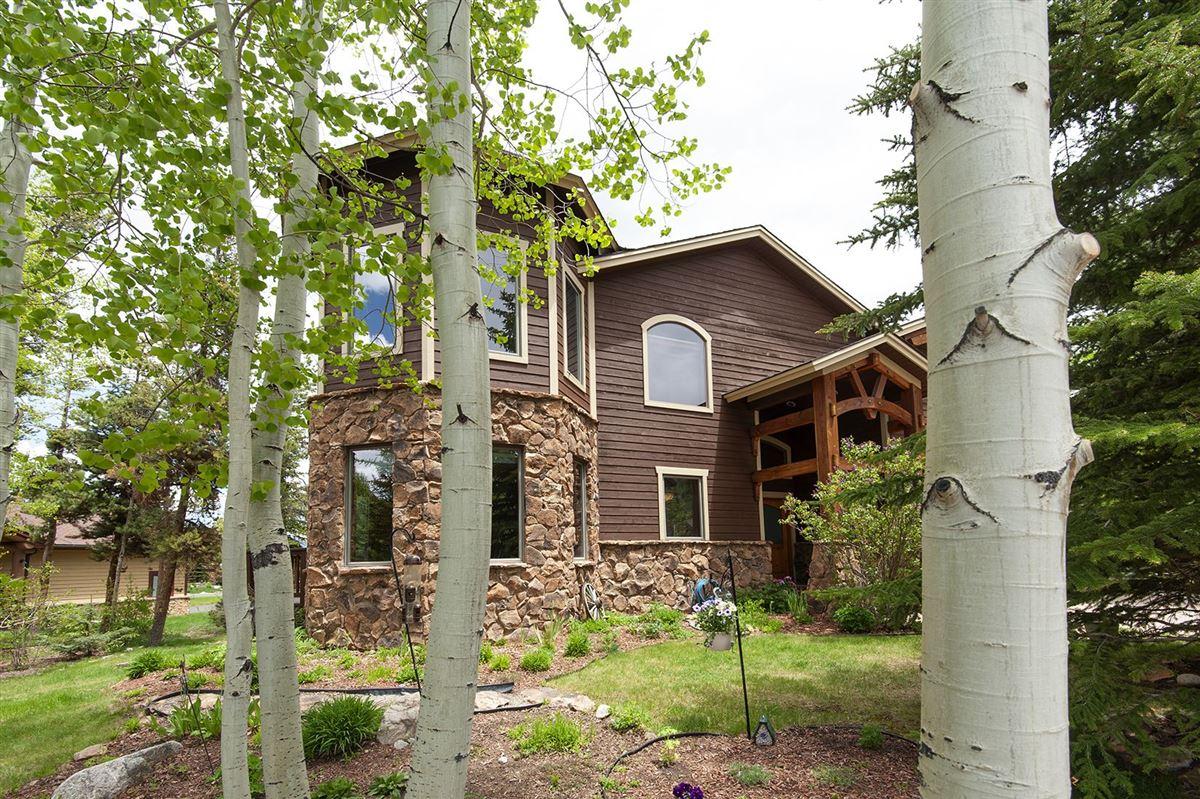 EXCLUSIVE HOME IN PRESTIGIOUS WOODEN CANOE | Colorado Luxury