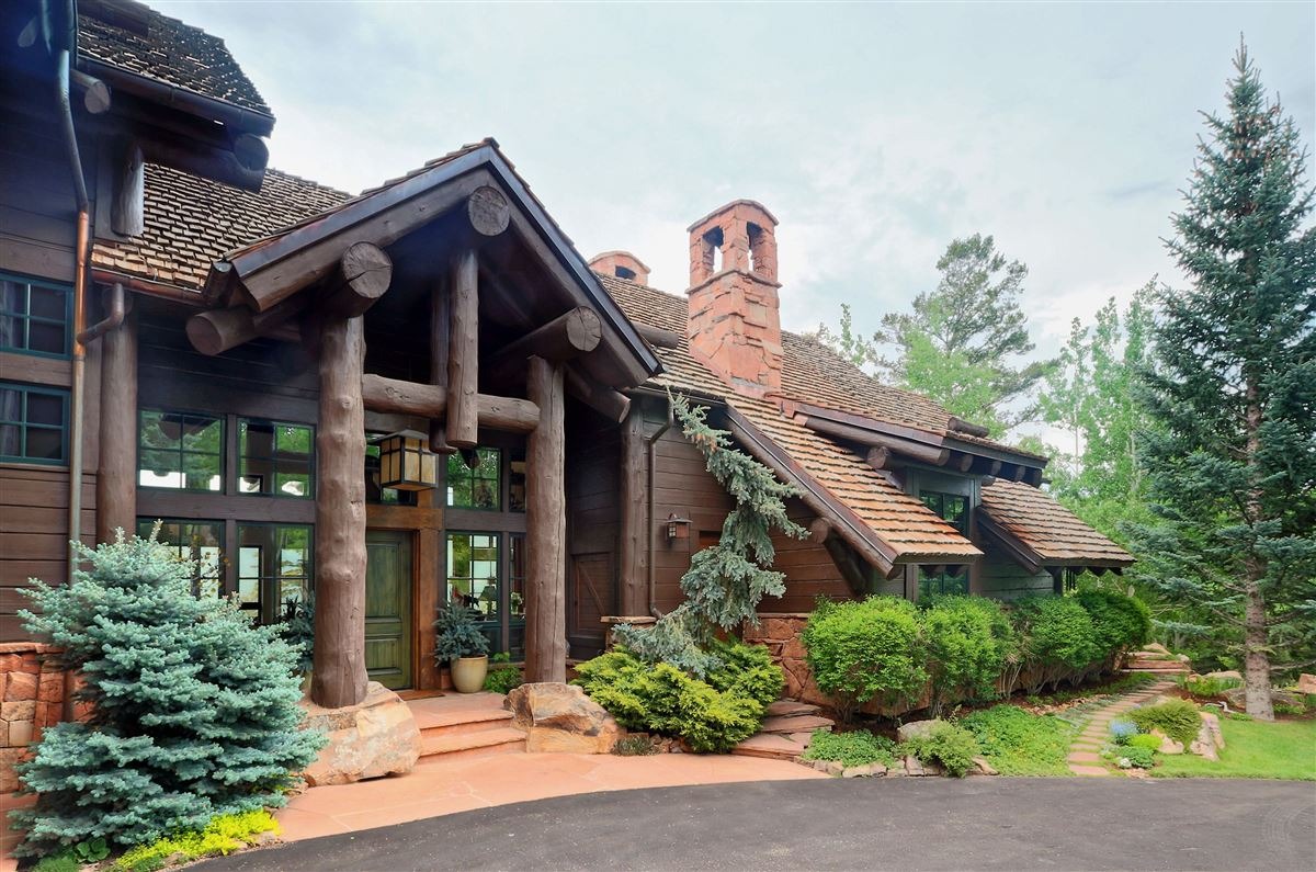 Luxury homes quintessential mountain retreat with open views