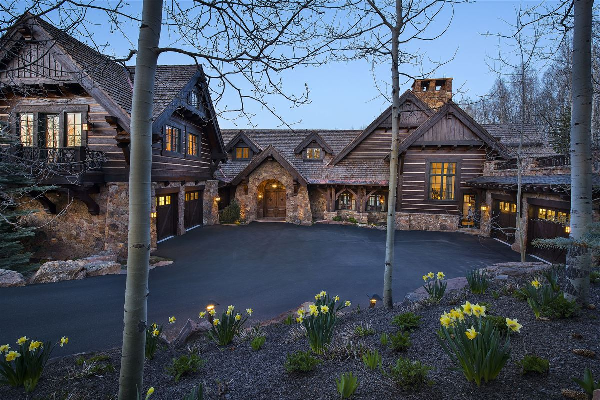 Luxury homes in true trophy property on the mountain