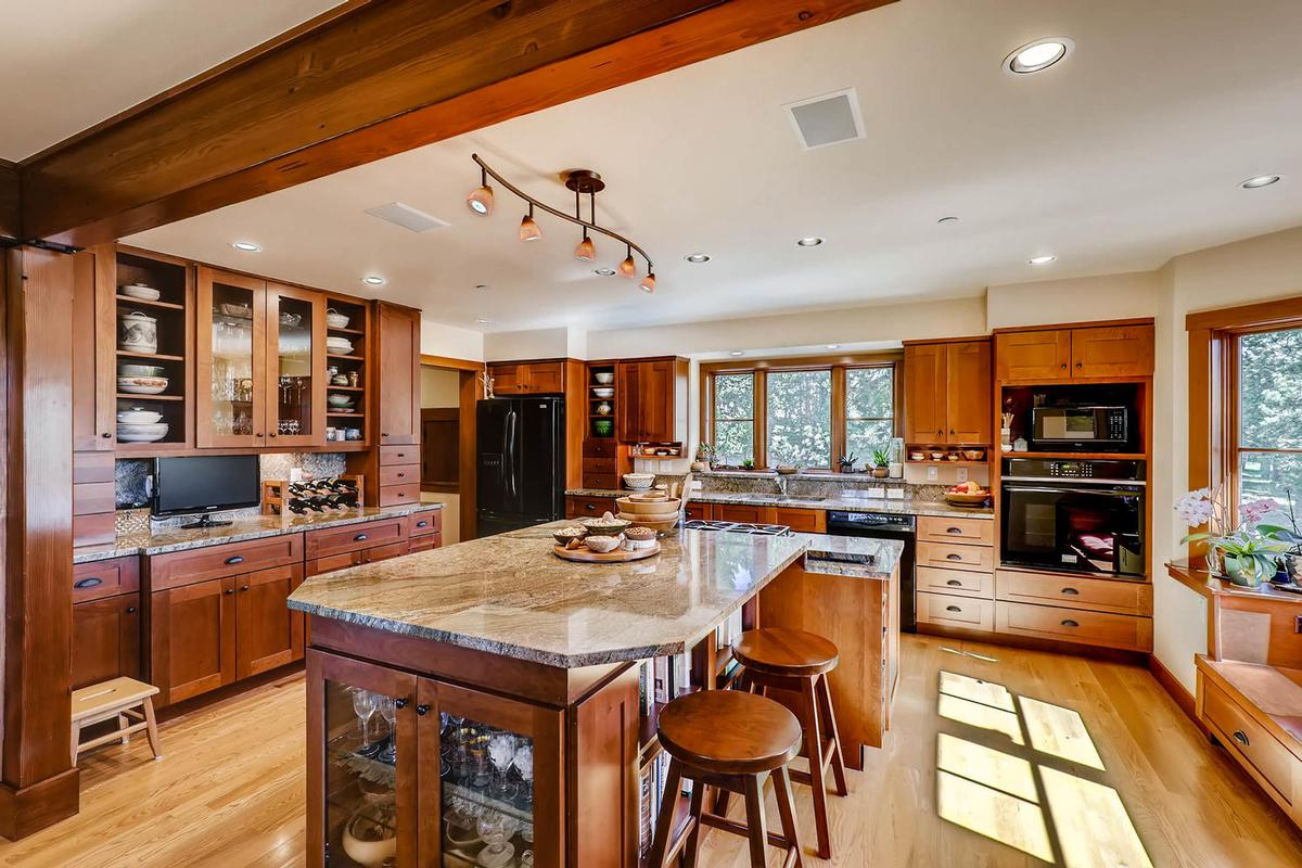 Luxury real estate Cozy Craftsmen style mountain retreat