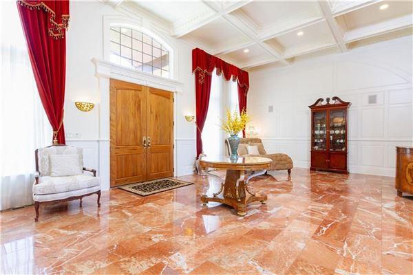 Elegant and welcoming Residence luxury homes