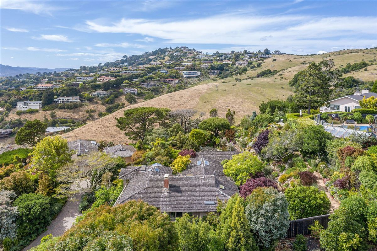 Mansions in unrivaled views of the San Francisco Bay