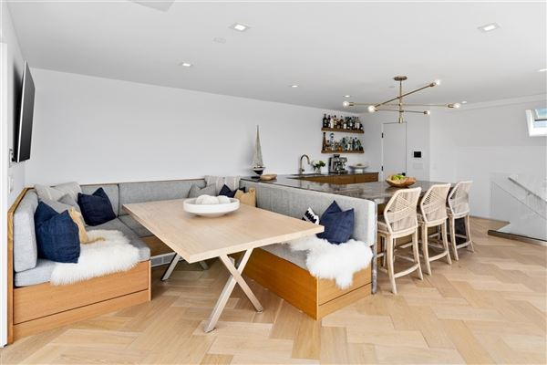 Luxury real estate Meticulously designed contemporary duplex in Crown Point