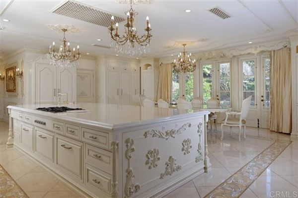Mansions in renowned residence on 32 prime acres