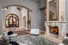 Mansions in breathtaking estate in The Bridges