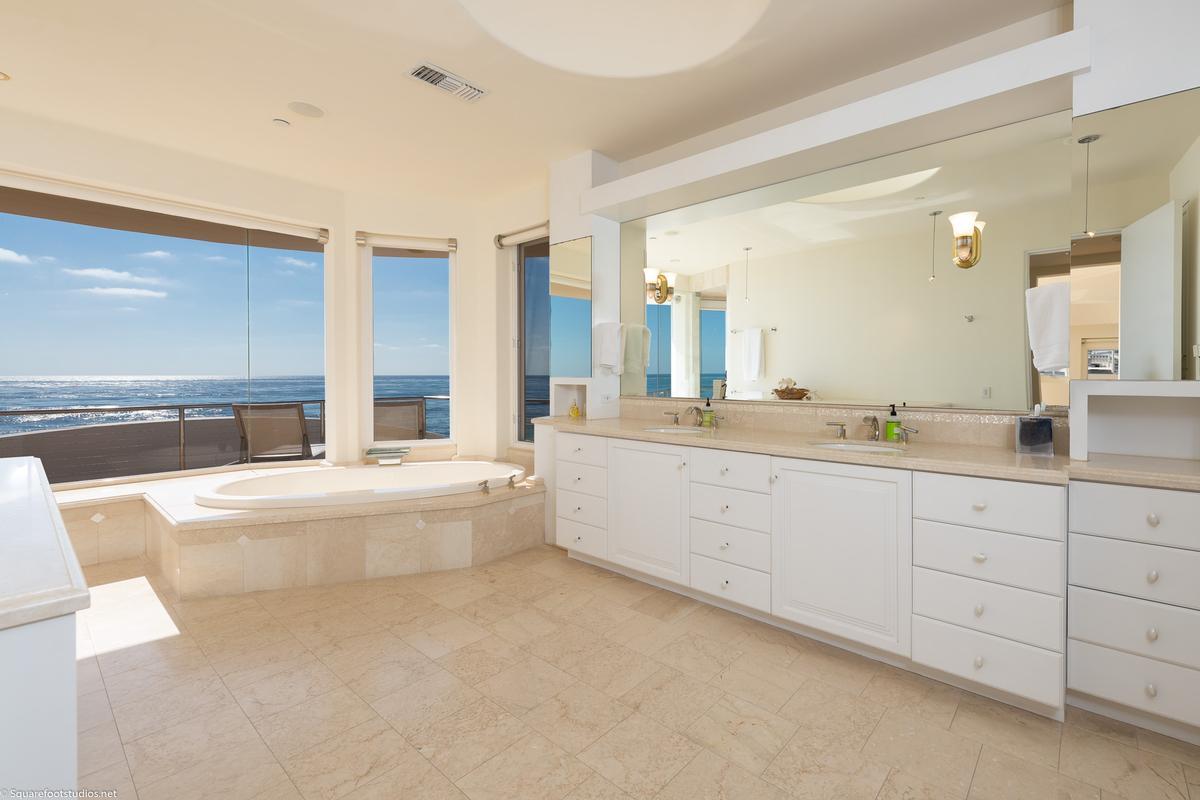 Mansions in oceanfront La Jolla home