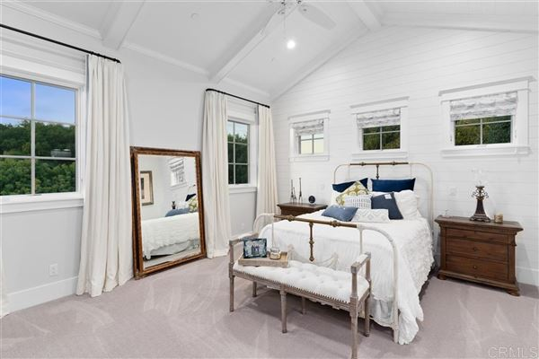 sophisticated take on the classic modern farmhouse luxury homes