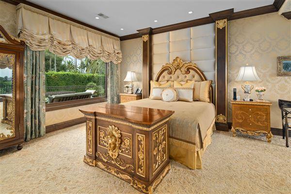 Exquisite Muirlands trophy estate mansions