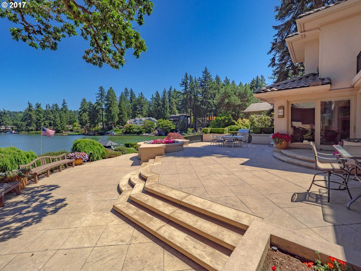 Luxury homes in enjoy Main lake living at its finest