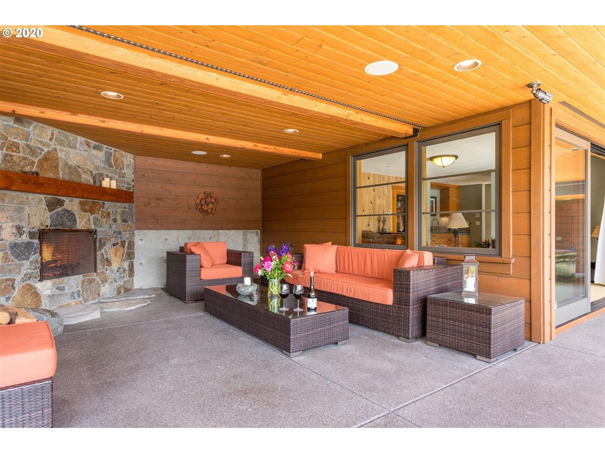 Mansions Northwest contemporary meets luxurious lodge