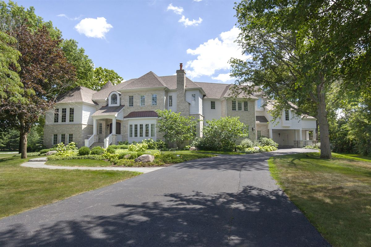 Casual Elegance Abounds luxury homes