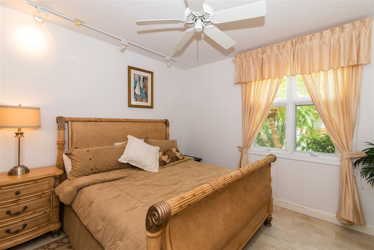 Mansions great two bedroom unit in Kings Court