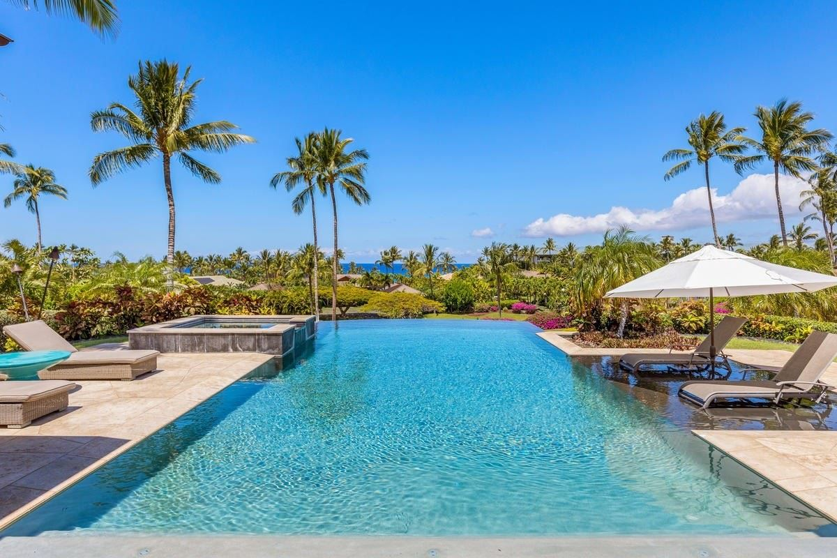 Luxury homes in the natural beauty of Pauoa Beach