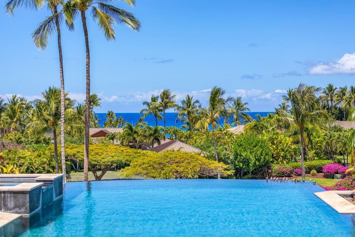 Mansions in the natural beauty of Pauoa Beach