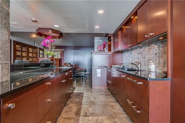 Luxury real estate bright and spacious unit offers spectacular views