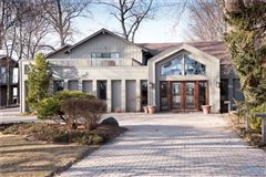 Luxury homes in Lake Erie to Bay property