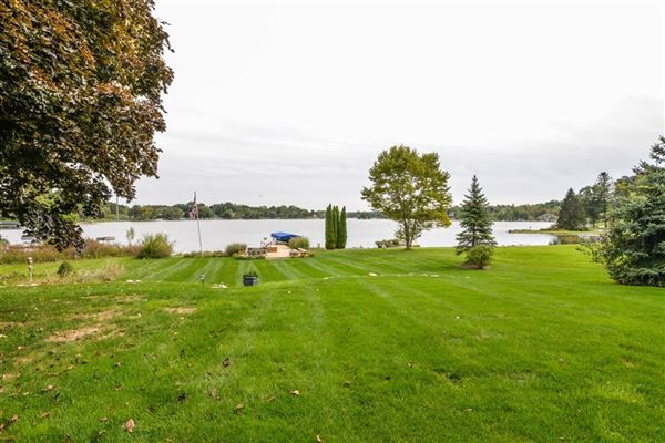 Move-in-ready home on Lake Shannon luxury homes