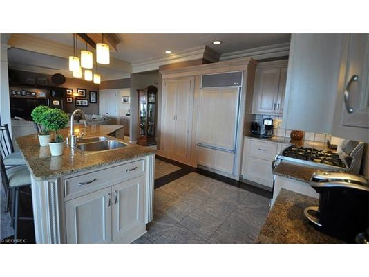 Mansions dramatic, contemporary home in avon lake