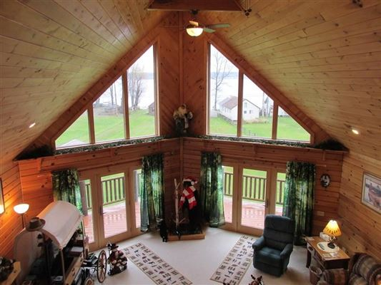 Mansions stately and spcaious lakefront log cabin
