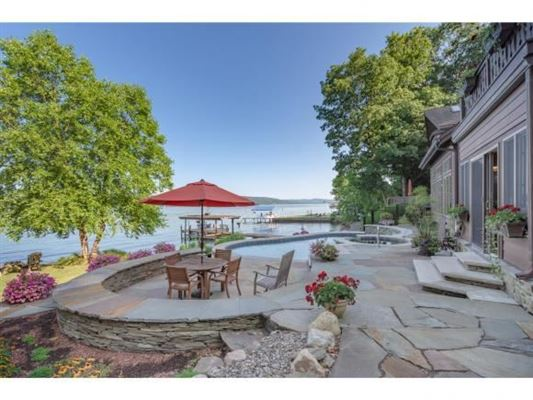Luxury properties An extraordinary private lake home