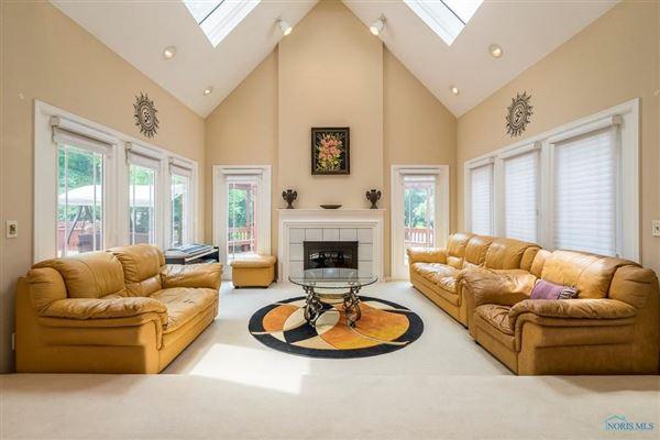 Luxury real estate Stunning home on cul-de-sac in Ottawa Hills