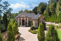 Luxury homes in spectacular and spacious custom home