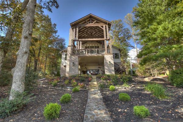 Luxury homes in refined living on Lake Blue Ridge