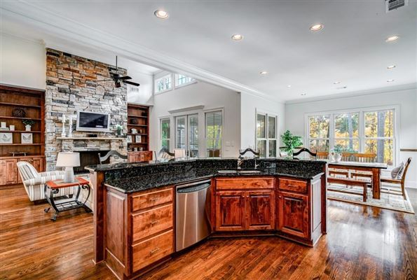 Luxury homes in beautiful home in Reynolds Plantation