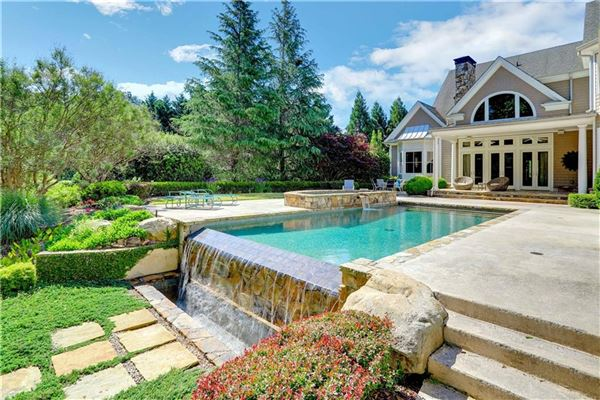 Mansions exquisite estate in highly desirable location